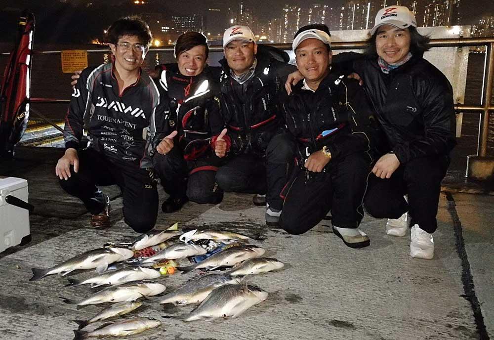 香港の釣り人と岡田建治